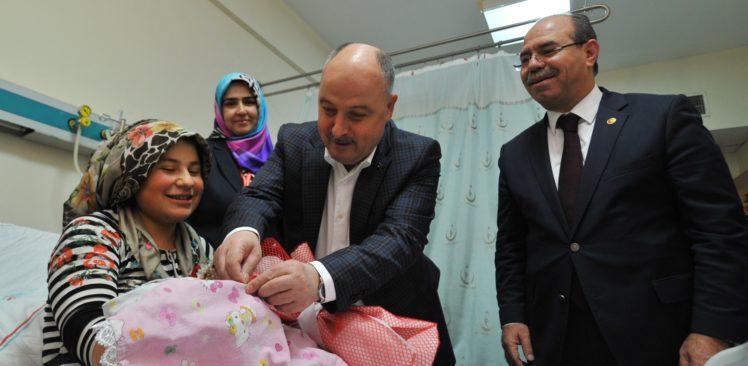 Vali Coşkun'dan Yeni Yılın İlk Bebeğine Altın